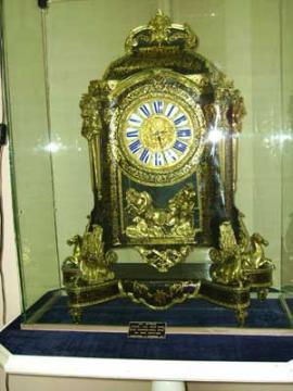 Экспонат музея: часы эпохи Людовика XIV, изготовленные в мастерской Варейна