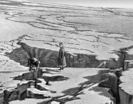 Мощное землетрясение в Гобийском Алтае в южной части Монголии произошло в 1957 г.  Разлом в данном случае образовался разветвленный и в основании горного массива, при этом произошел сдвиг и опускание части блоков земной коры