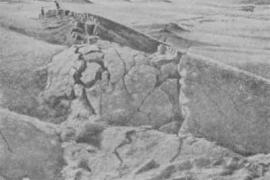 Гобийский Алтай. В этом месте в результате землетрясения образовалась не щель, а надвиг. Произошло это в результате сжатия двух блоков земной коры. Подобные землетрясения в режиме сжатия в настоящее время довольно редки. Чаще образуются разломы, трещины и опускания одних блоков относительно других. Под центральной частью Азии (Тибет и примыкающие регионы) толщина земной коры значительно больше, чем в других местах. Не случайно эту часть планеты В.О. Обручев назвал древним теменем Азии. Разорвать такую мощн